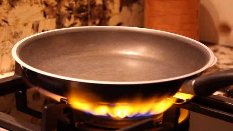 Для приготовления сливочного соуса для спагетти поставьте сковородку на огонь