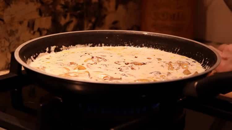 Для приготовления сливочного соуса для спагетти налейте сливки