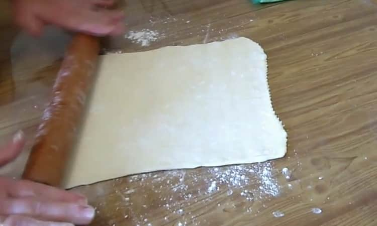 Для приготовления слойки из слоеного теста подготовьте ингредиенты