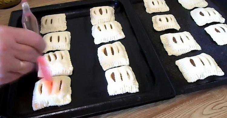 Для приготовления слойки из слоеного теста разогрейте духовку