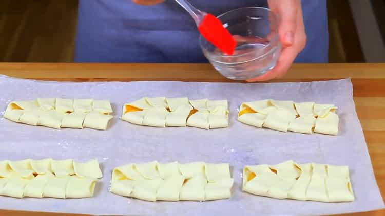 Для приготовления слоек смажьте тесто