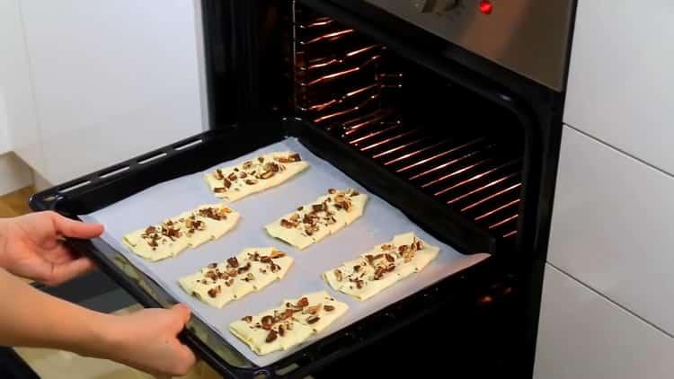 Для приготовления слоек разогрейте духовку