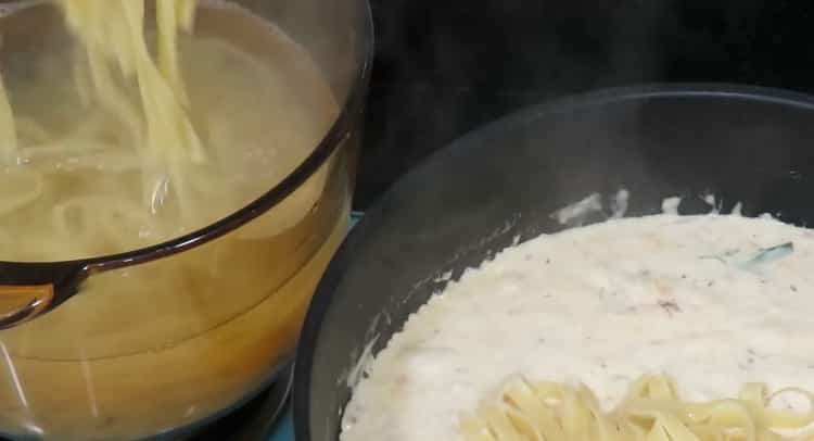 Для приготовления спагетти с креветками смешайте ингредиенты