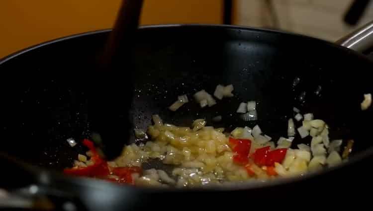 Для приготовления спагетти обжарьте овощи
