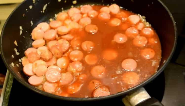 Для приготовления спагетти с сосисками приготовьте соус