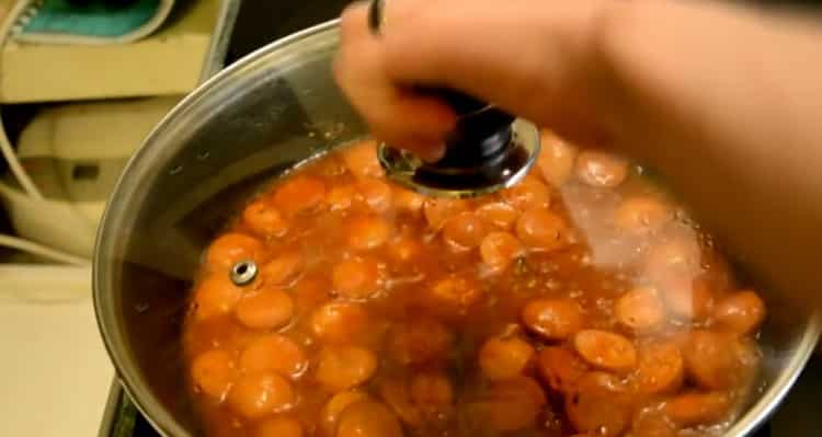 Для приготовления спагетти с сосисками протомите соус