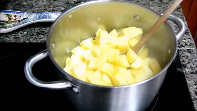 Для приготовления супа из скумбрии нарезаем картофель