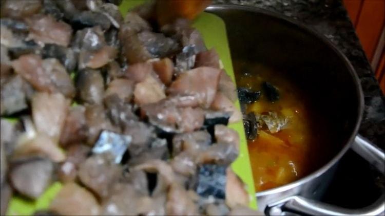 Для приготовления супа из скумбрии добавляем рыбу к другим ингредиентам