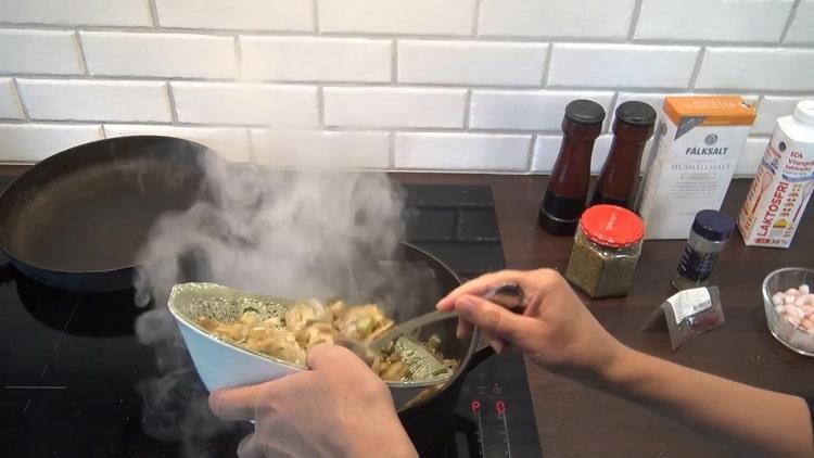 Для приготовления супа из трески обжарьте овощи