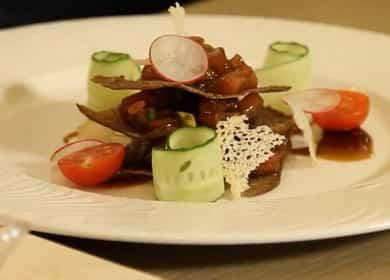 Тартар из тунца с авокадо и устричной заправкой
