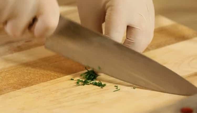 Для приготовления тартара из тунца нарежьте зелень