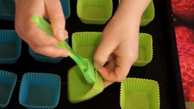 Для приготовления кексов подготовьте формочки