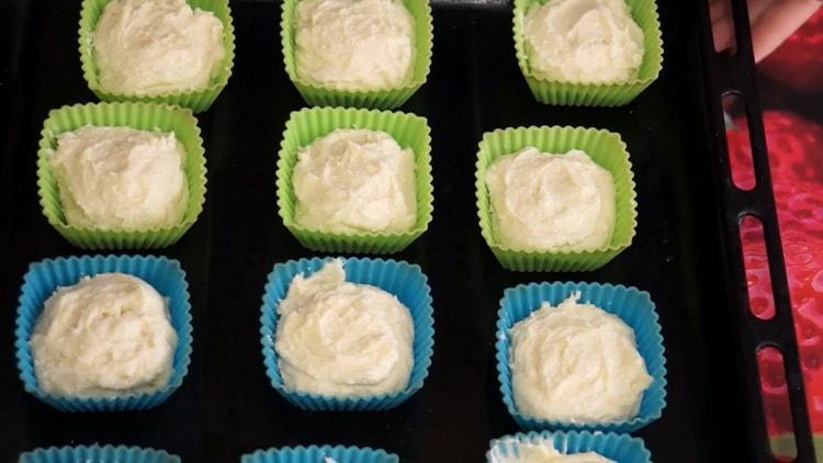 Для приготовления кексов положите тесто в формочки