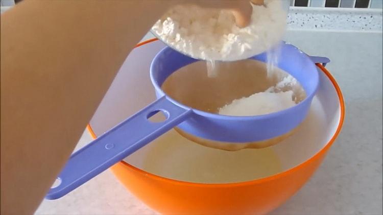 Для приготовления теста для пирожников без дрожжей просейте муку