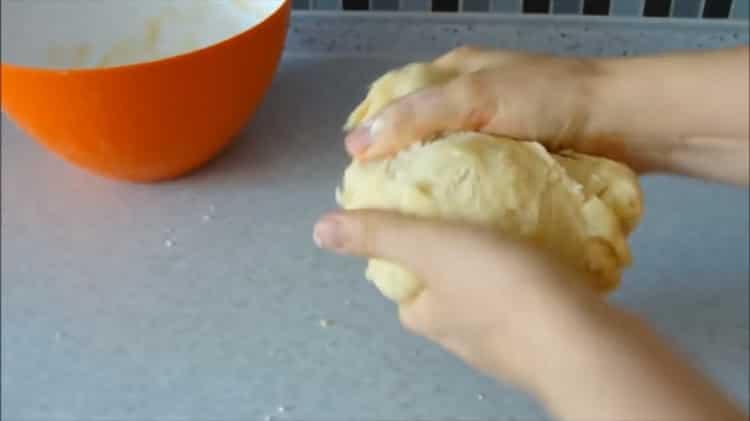 Для приготовления теста для пирожников без дрожжей смешайте ингредиенты