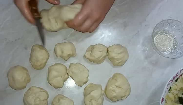 Для приготовления теста для пирожков разделит тесто