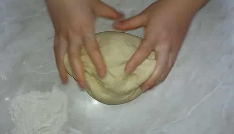 Для приготовления теста для пирожков замесите тесто