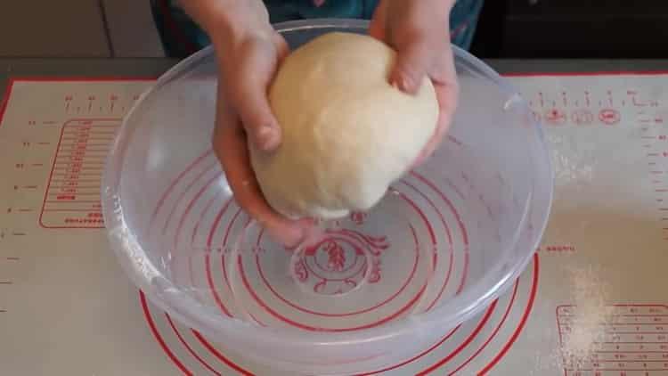 Для приготовления теста для плюшек замесите тесто