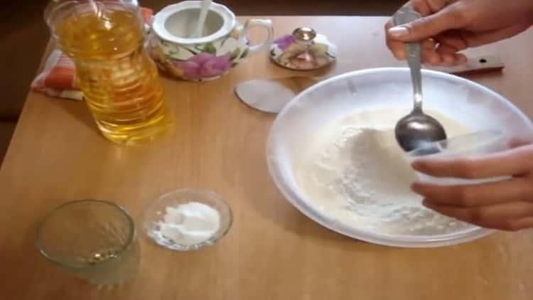 Для приготовления теста для чебуреков смешайте ингредиенты