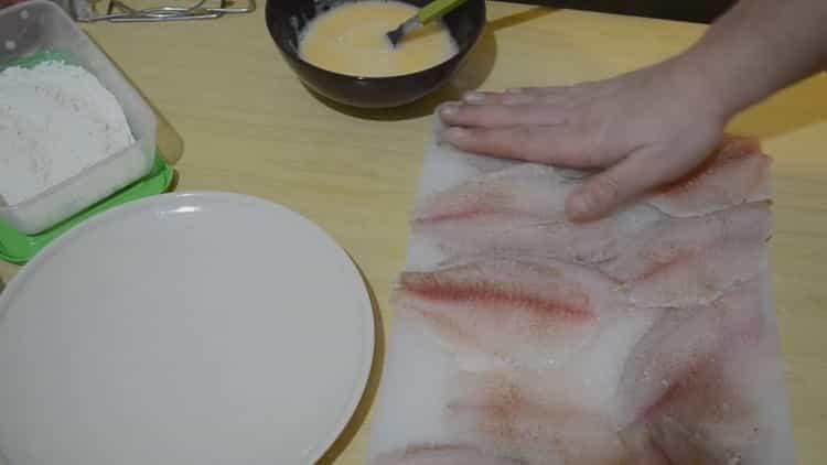 Для приготовления тилапии посолите рыбу