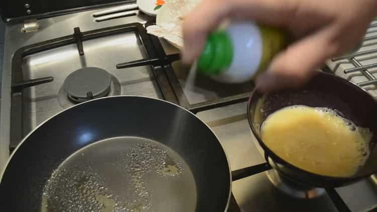 Для приготовления тилапии смажьте разогрейте сковородку