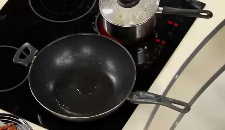 Для приготовления томатного соуса для спагетти подготовьте ингредиенты
