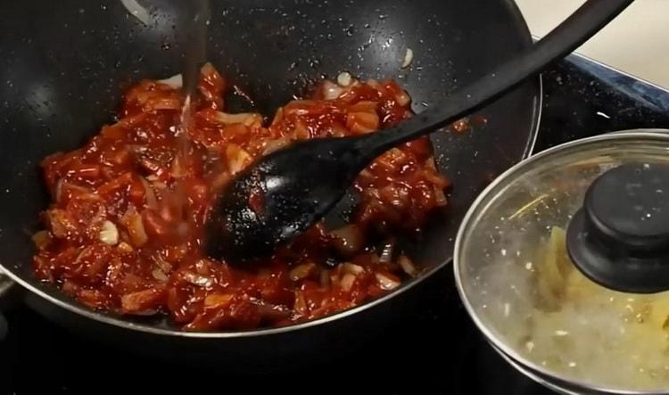 Для приготовления томатного соуса для спагетти смешайте ингредиенты