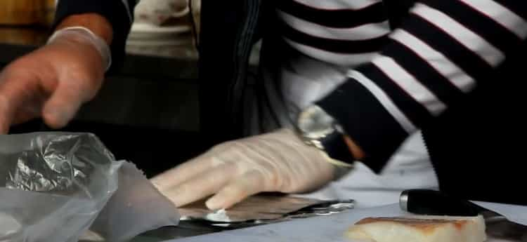 Для приготовления трески в фольге в духовке подготовьте необходимый инвентарь