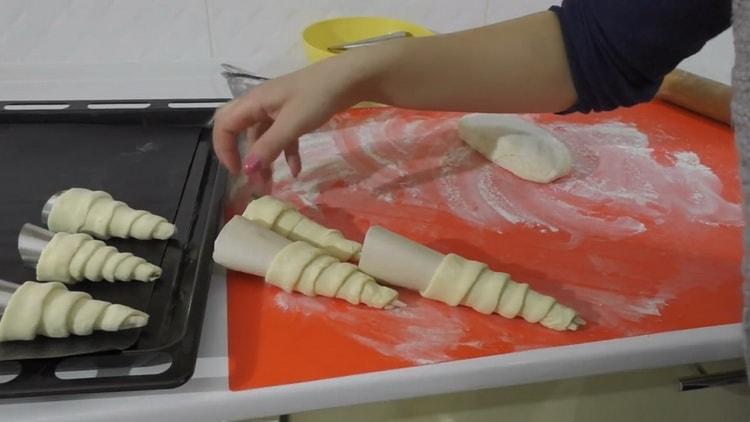 Для приготовления трубочек с кремом приготовьте трубочки