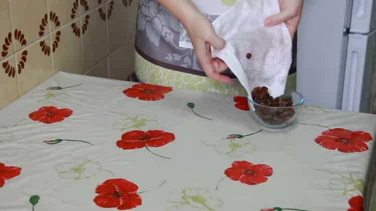 Для приготовления улиток из слоеного теста подготовьте изюм