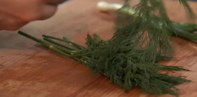 Для приготовления ухи из стерляди нарежьте зелень