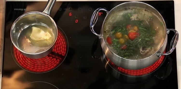 Для приготовления ухи из стерляди положите ингредиенты в бульон