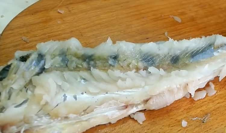 Для приготовления фаршированного судака,отберите мясо