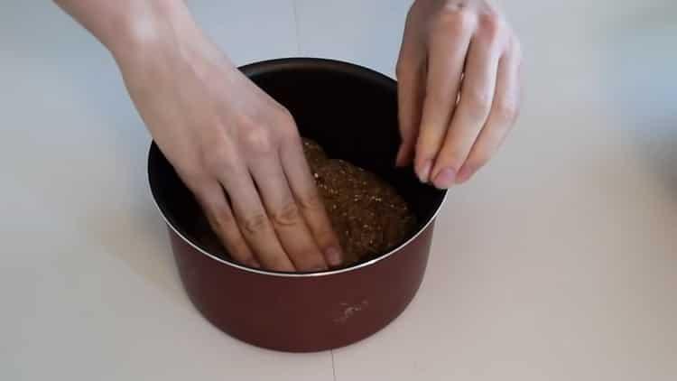 Для приготовления хлеба на кефире выложите тесто в форму