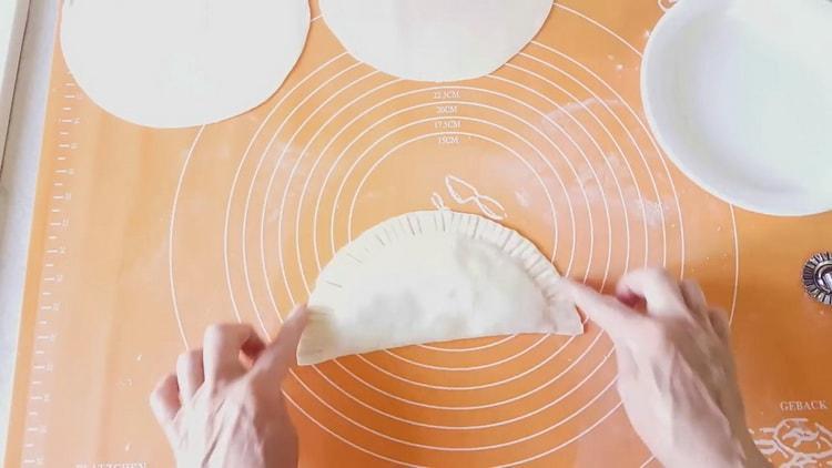 Для приготовления чебуреков из слоеного теста сформуйте изделие