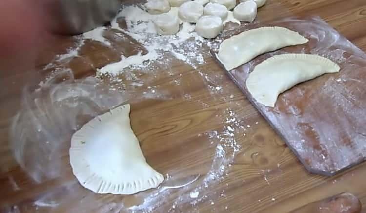 Для приготовления чебуреков с сыром залепите тесто
