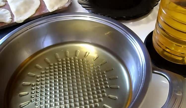 Для приготовления чебуреков с сыром разогрейте масло