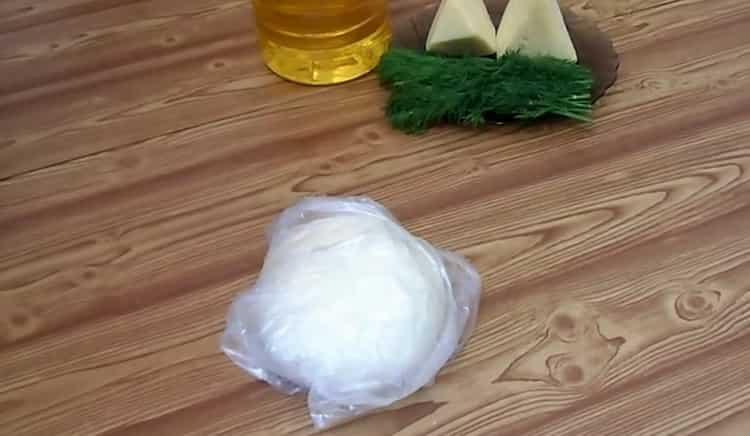 Для приготовления чебуреков с сыром заверните тесто в пакет