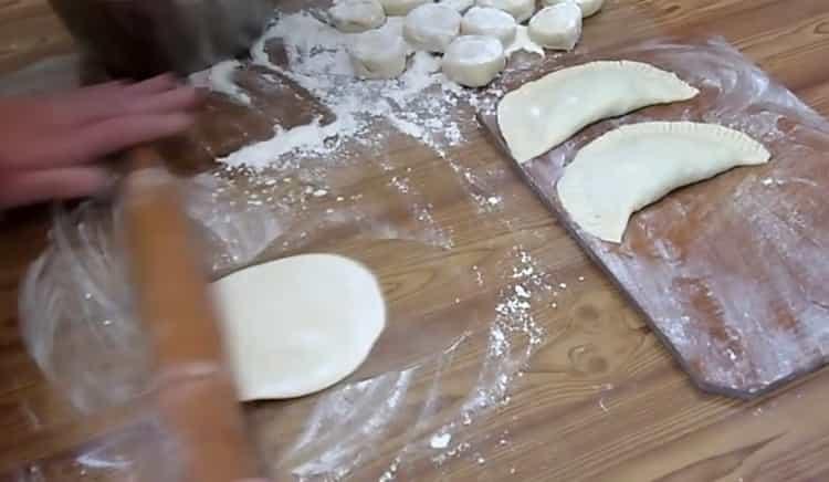 Для приготовления чебуреков с сыром раскатайте тесто
