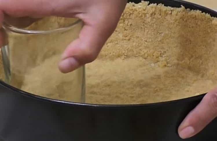 Для приготовления чизкейка нью-йорк уплотните форму