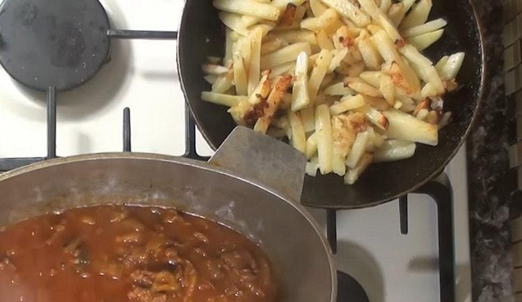 Отдельно на сковороде до румяной корочки обжариваем картофель.