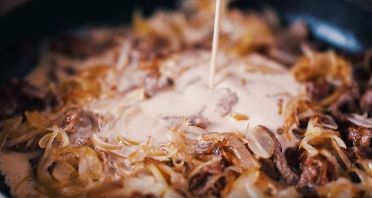 Соединяем мясо с луком, добавляем сливки.