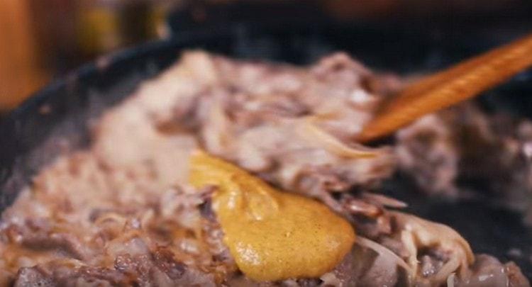 Добавляем горчицу, соль и перец по вкусу.