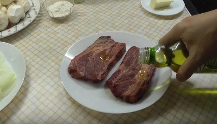 Смазываем говядину оливковым маслом.