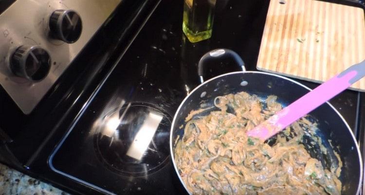 В практически готовый бефстроганов из говядины добавляем свежую измельченную зелень.