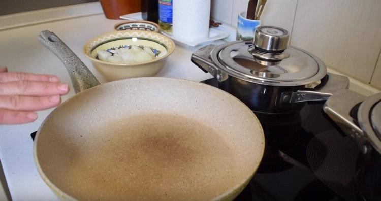Разогреваем сковороду.