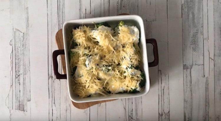 Через 10 минут посыпаем блюдо натертым на терке сыром и возвращаем в духовку.