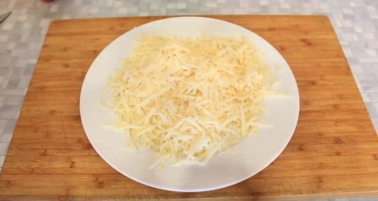 на крупной терке натираем сыр.
