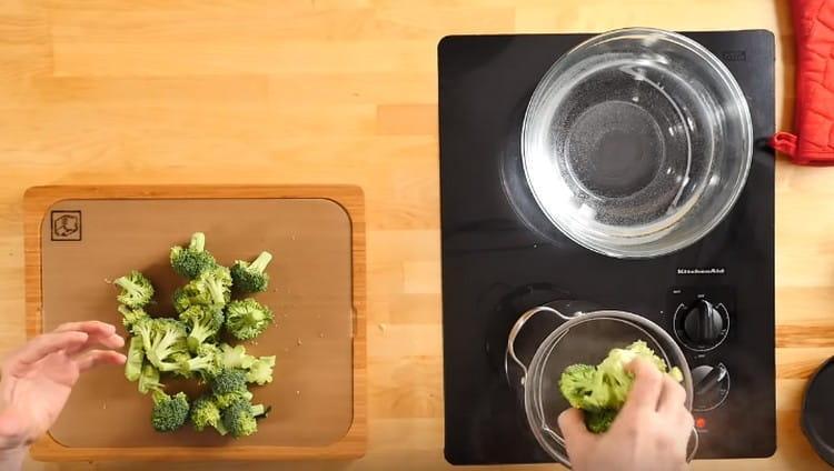 Соцветия брокколи отправляем в кипящую воду.