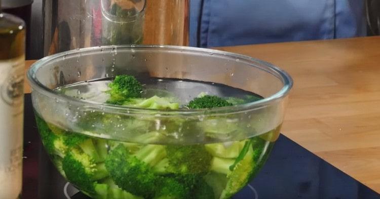 Готовую брокколи перекладываем в миску с ледяной водой.